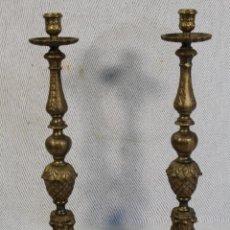 Antigüedades: PAREJA DE CANDELABROS DE ALTAR EN BRONCE. Lote 118965639