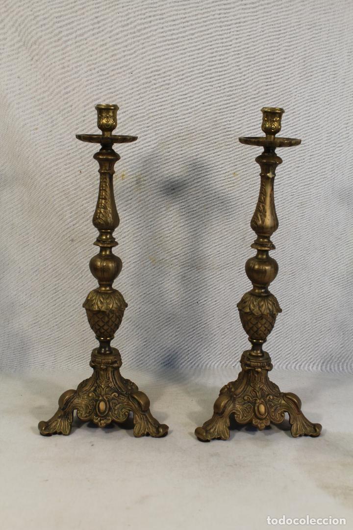 Antigüedades: pareja de candelabros de altar en bronce - Foto 4 - 118965639