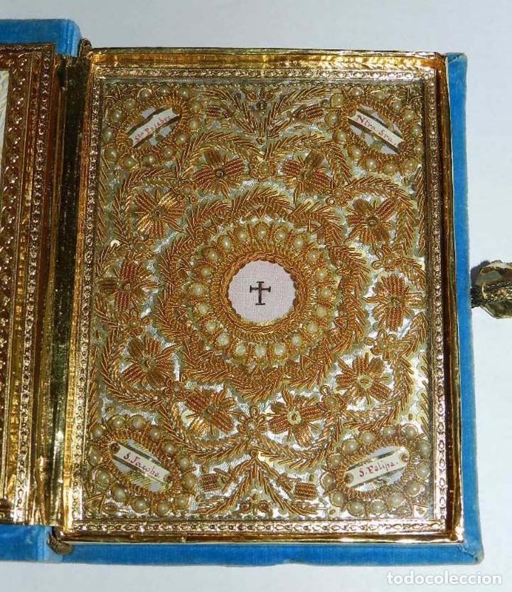 Antigüedades: Antiguo Relicario en forma de libro con reliquias de Ntra. Sra. S. Felipa, S. Jacobo, Sto. Pesebre, - Foto 2 - 118977251