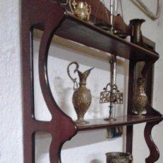 Antigüedades: REPISA 3 ESTANTES MADERA COLOR CAOBA. Lote 118982463