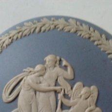 Antigüedades: CAJA DE PORCELANA INGLESA BISCUIT WEDGWOOD. SELLADA EN LA BASE. DISEÑO ÉPOCA CLÁSICA. Lote 118994627