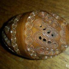 Antigüedades: PRECIOSO HUEVO ANTIGUO TOTALMENTE TALLADO EN MADERA Y CALADO,S. XIX. Lote 118997963