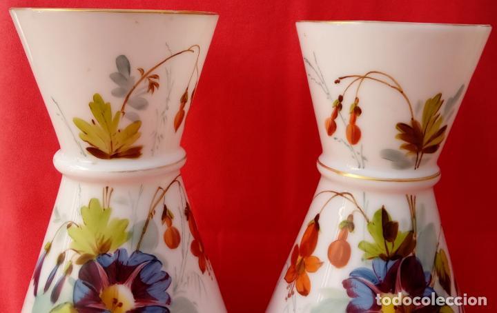 Antigüedades: PAREJA JARRONES DE OPALINA S. XIX. PERFECTAMENTE POLICROMADOS. 31,5 CMS DE ALTURA. - Foto 2 - 118999535