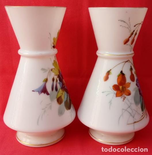 Antigüedades: PAREJA JARRONES DE OPALINA S. XIX. PERFECTAMENTE POLICROMADOS. 31,5 CMS DE ALTURA. - Foto 3 - 118999535