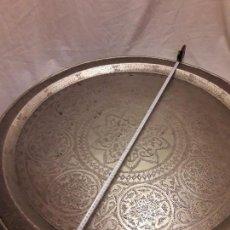 Antigüedades: ENORME ANTIGUA BANDEJA ÁRABE TALLADA (CINCELADA) A MANO, METAL PLATEADA 93CM ESPECTACULARES MOTIVOS. Lote 119006151