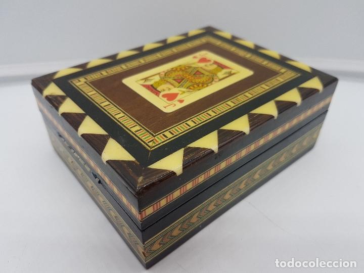EXCLUSIVA CAJA ANTIGUA TARACEA CON MARQUETERÍA, INTERIOR DE TERCIOPELO Y MOTIVOS DE BARAJA ESPAÑOLA. (Antigüedades - Hogar y Decoración - Cajas Antiguas)
