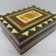Antigüedades: EXCLUSIVA CAJA ANTIGUA TARACEA CON MARQUETERÍA, INTERIOR DE TERCIOPELO Y MOTIVOS DE BARAJA ESPAÑOLA.. Lote 119038567