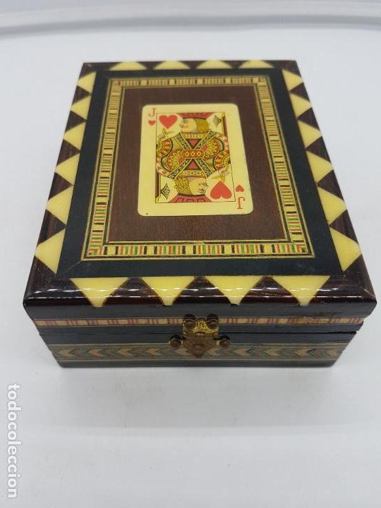 Antigüedades: Exclusiva caja antigua taracea con marquetería, interior de terciopelo y motivos de baraja española. - Foto 2 - 119038567