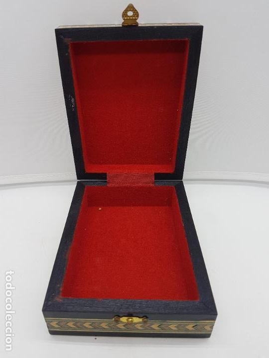 Antigüedades: Exclusiva caja antigua taracea con marquetería, interior de terciopelo y motivos de baraja española. - Foto 4 - 119038567
