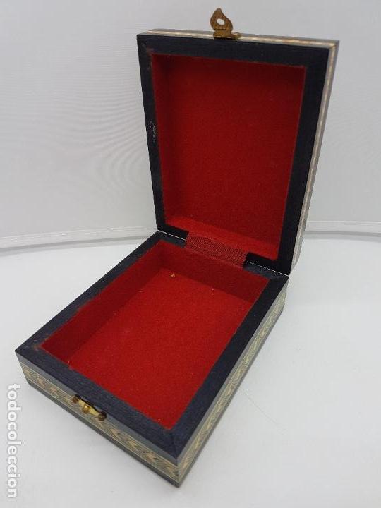 Antigüedades: Exclusiva caja antigua taracea con marquetería, interior de terciopelo y motivos de baraja española. - Foto 5 - 119038567