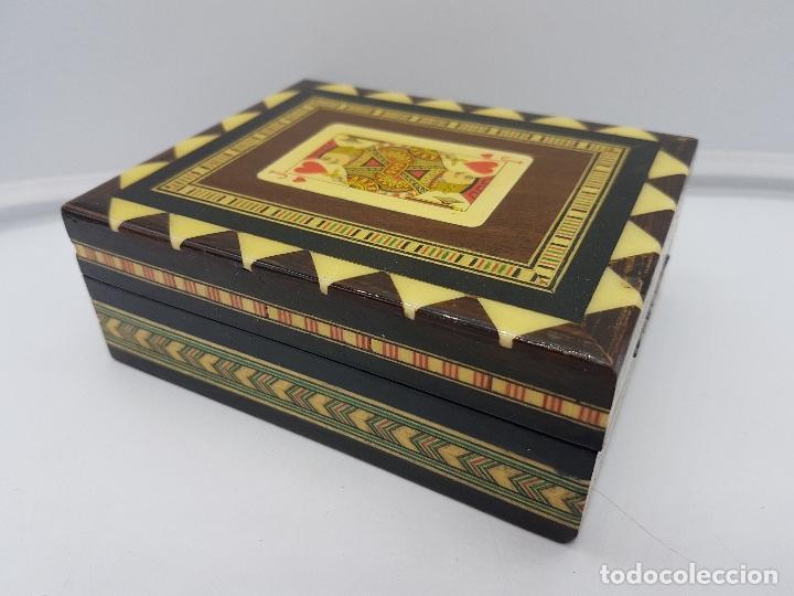 Antigüedades: Exclusiva caja antigua taracea con marquetería, interior de terciopelo y motivos de baraja española. - Foto 7 - 119038567