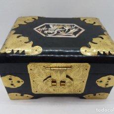 Antigüedades: PRECIOSO JOYERO CHINO DE MADERA LACADA, APLICACIONES DE LATÓN E INCRUSTACIONES MADREPERLA.. Lote 145865237
