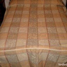 Antigüedades: COLCHA PARA CAMA GRANDE ALGO ADAMASCADA.. Lote 119046571