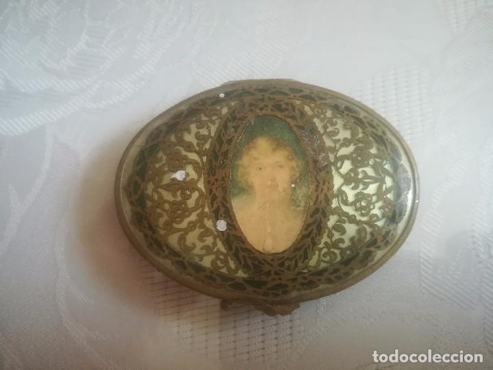 MUY ANTIGUA PÓLVERA CON IMAGEN DE MUJER MIREN FOTOS (Antigüedades - Moda y Complementos - Mujer)