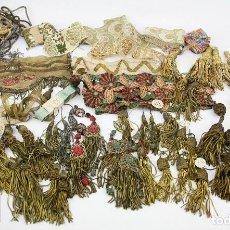 Antigüedades: GRAN LOTE DE PASAMANERÍA - CENEFAS, BORLAS, BORDADOS, CINTAS, HILO DE ORO... - PRINCIPIOS SIGLO XX. Lote 119094323