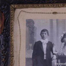 Antigüedades: RETRATO PAREJA DE NIÑOS EN SU PRIMERA COMUNION, FOTO Y MARCO DE EPOCA. Lote 119103935