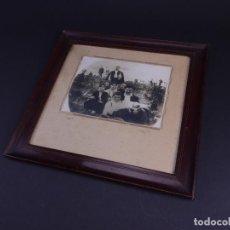 Antigüedades: RETRATO GRUPO DE JOVENES DE ROMERIA CAMPESTRE, FOTO Y MARCO DE EPOCA. Lote 119104163