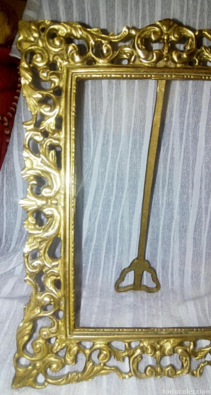 Antigüedades: Antiguo marco de bronce dorado. Modernista. Con bonitos y grabados. - Foto 2 - 119115012