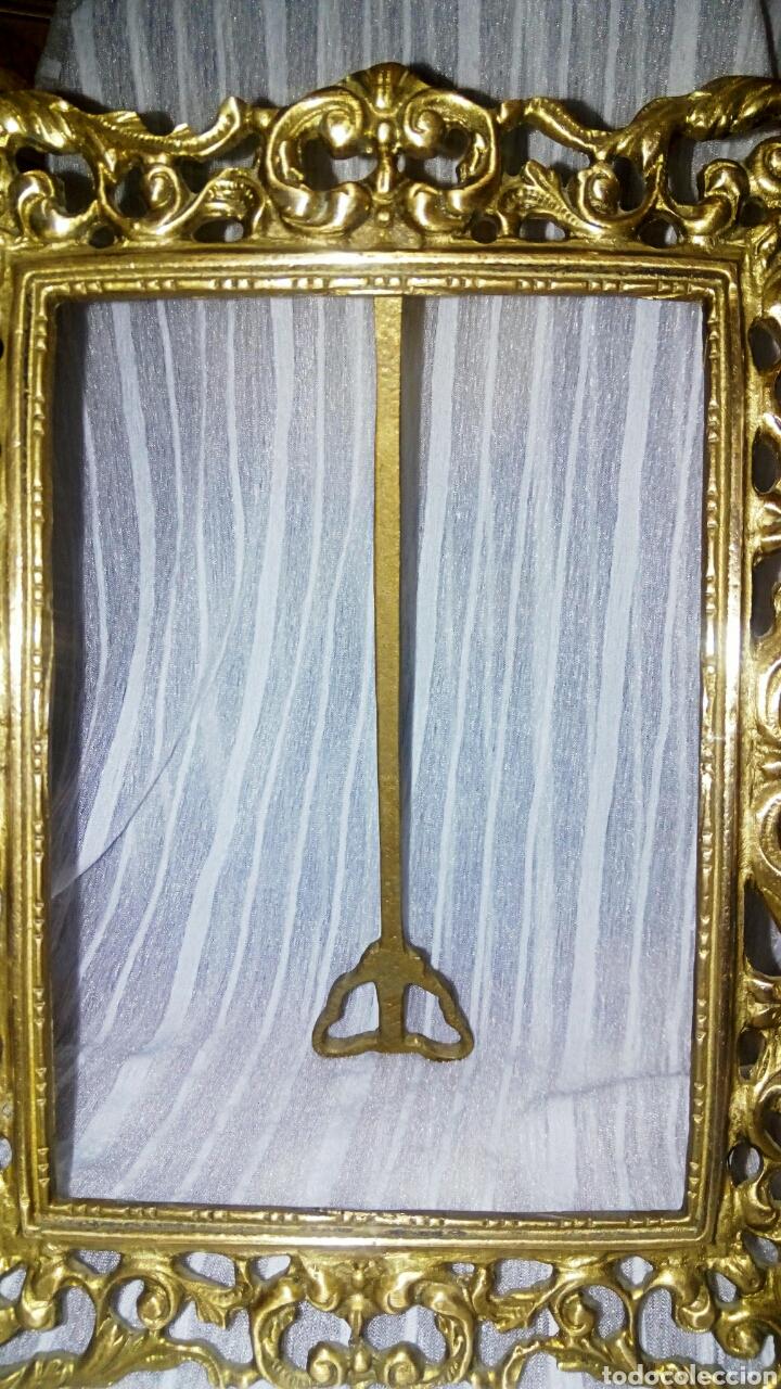 Antigüedades: Antiguo marco de bronce dorado. Modernista. Con bonitos y grabados. - Foto 3 - 119115012