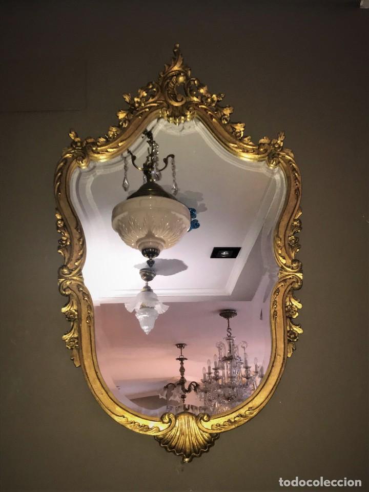 MARAVILLOSO ESPEJO DE MADERA TALLADO Y DORADO (Antigüedades - Muebles Antiguos - Espejos Antiguos)
