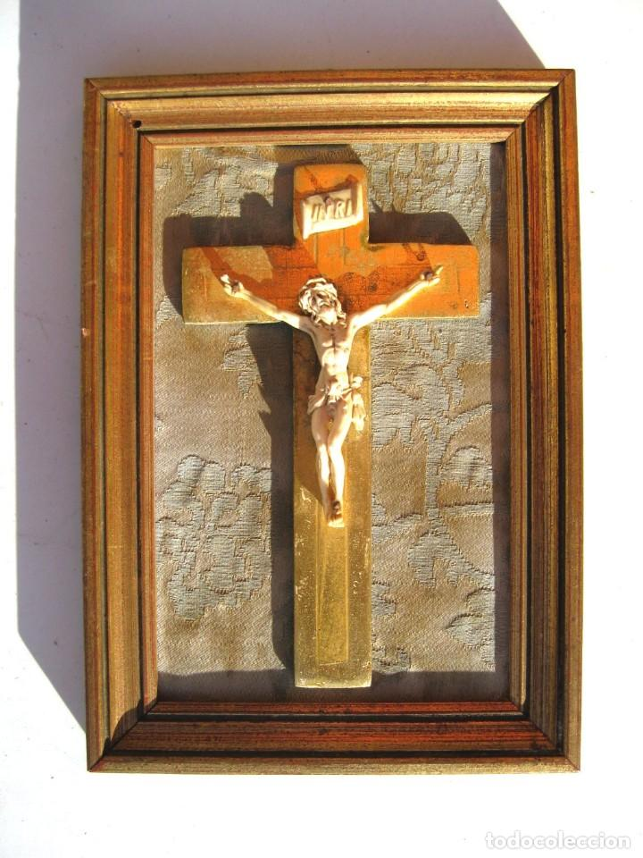 CRISTO ENMARCADO EN MADERA PAN DE ORO Y TELA RASO 20 X 14 CMS (Antigüedades - Religiosas - Crucifijos Antiguos)