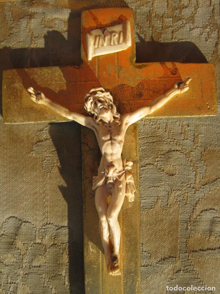 Antigüedades: CRISTO ENMARCADO EN MADERA PAN DE ORO Y TELA RASO 20 X 14 CMS - Foto 2 - 119176227