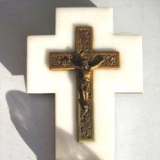 Antigüedades: BENDITERA CRISTO DE BRONCE SOBRE MÁRMOL BLANCO PILA DE CRISTAL. PERFECTA. Lote 119193651