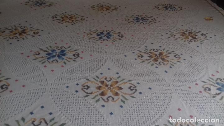 Antigüedades: ANTIGUA COLCHA DE LAGARTERANA BORDADA A MANO CON GRANDES DESHILADOS. - Foto 2 - 119220555