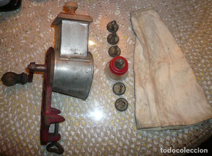 MAQUINA DE RALLAR ALMENDRAS Y MANGA PASTELERA CON VARIAS BOQUILLAS (Antigüedades - Técnicas - Rústicas - Utensilios del Hogar)