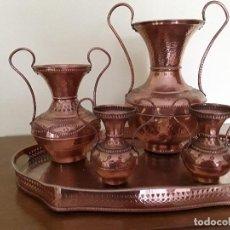 Antigüedades: CONJUNTO DE CUATRO JARRONES DE COBRE Y BANDEJA. Lote 172612185