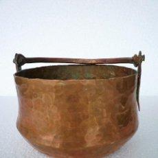 Antigüedades: CALDERO DE COBRE CON ASA HECHO A MANO MUY RUSTICO. Lote 119254635