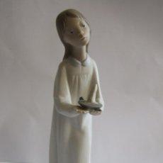 Antigüedades: FIGURA PORCELANA NAO DE LLADRO - NIÑA EN CAMISON CON VELA - ALTURA 21 CM. Lote 119259691