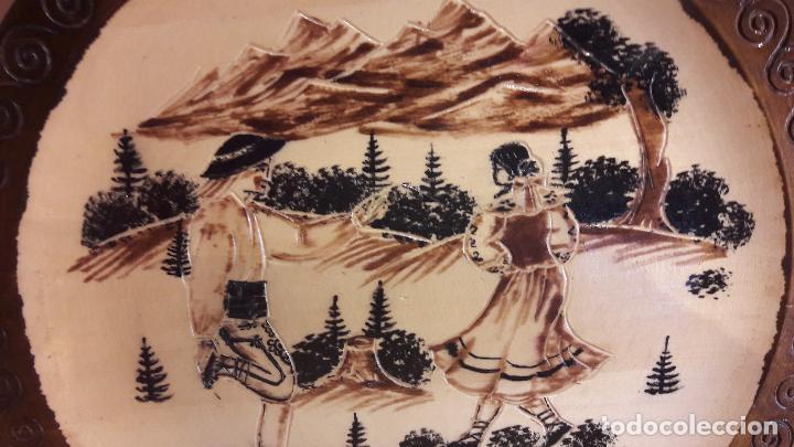 Antigüedades: PLATO DE MADERA LABRADA Y PIROGRABADA / ZAKOPANE - COSTUMBRES / 29 CM Ø / PERFECTO. - Foto 2 - 119289827