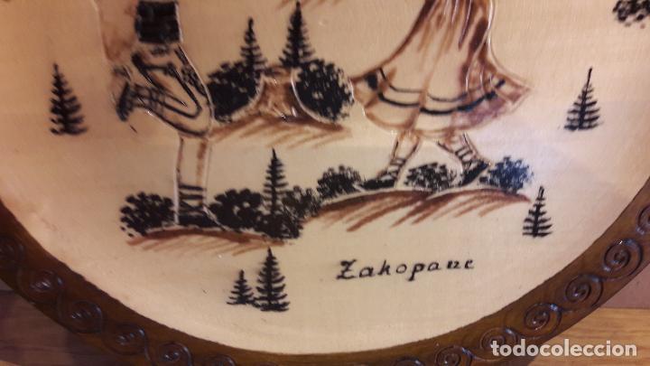 Antigüedades: PLATO DE MADERA LABRADA Y PIROGRABADA / ZAKOPANE - COSTUMBRES / 29 CM Ø / PERFECTO. - Foto 3 - 119289827
