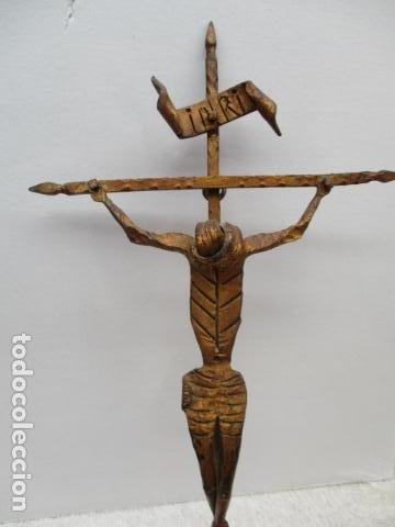 Antigüedades: ANTIGUO CRUCIFIJO DE HIERRO EN FORJA TRABAJADO A MANO - 51 cm de altura. - Foto 3 - 119324727