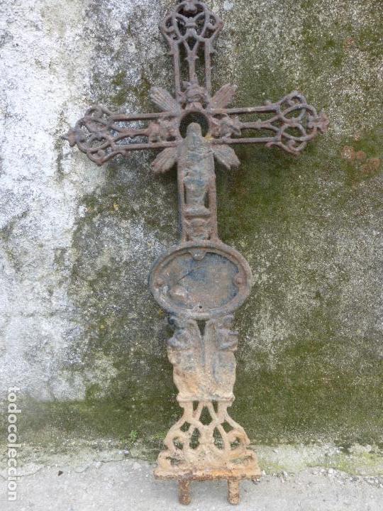 ANTIGUA CRUZ DE CEMENTERIO EN HIERRO FUNDIDO - MAS DE UN METRO DE ALTURA. TUMBA - CEMENTERIO (Antigüedades - Religiosas - Cruces Antiguas)