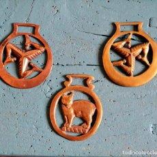 Antigüedades: LOTE DE DE 3 PIEZAS DE BRONCE * JAEZ * CAMAS DE FRENO PARA CABALLO * GATO * TRISQUEL * TRISQUELION. Lote 119425015