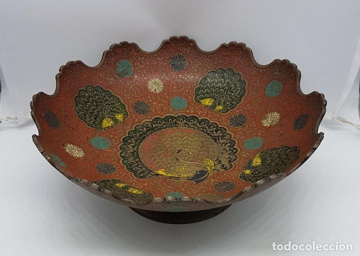 Antigüedades: Excelente centro de mesa antiguo oriental en bronce con esmaltes y motios de gran pavo real. - Foto 2 - 119445983