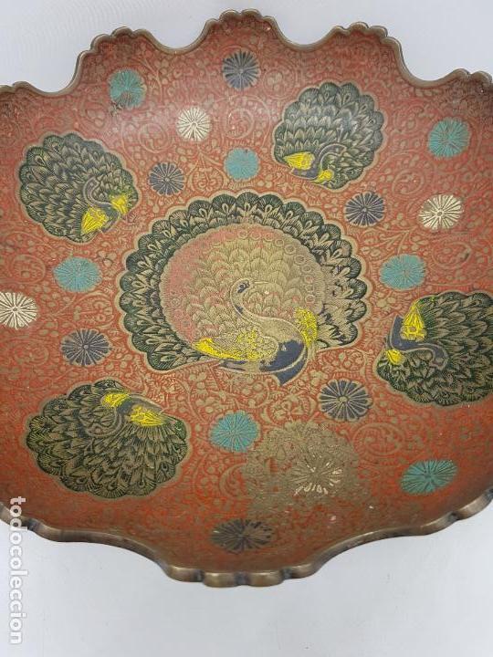Antigüedades: Excelente centro de mesa antiguo oriental en bronce con esmaltes y motios de gran pavo real. - Foto 4 - 119445983