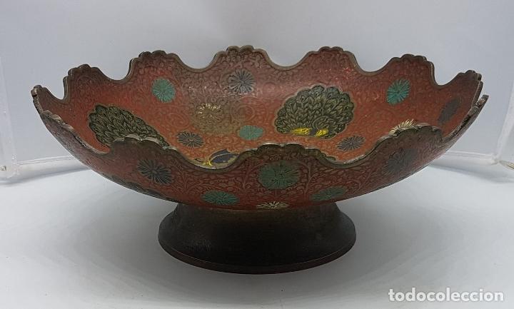 Antigüedades: Excelente centro de mesa antiguo oriental en bronce con esmaltes y motios de gran pavo real. - Foto 6 - 119445983