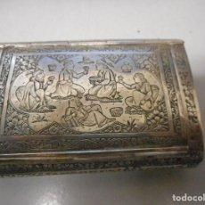 Antigüedades: IMPRESIONANTE CAJA DE RAPE DE PLATA CINCELADA CON ESCENAS ANTIGUAS MUY BUEN ESTADO. Lote 119449567