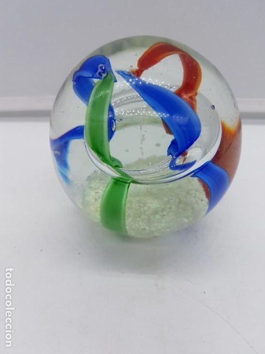 Antigüedades: Bonita bola antiguo pisapapeles en cristal de murano de tonos azules, verdes y rojos. - Foto 4 - 119451579