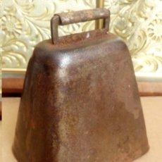 Antigüedades: ANTIGUA CAMPANA O CENCERRO DE VACA DE UN PUEBLO EN LOS ALPES SUIZA AÑOS 20/30. Lote 119455863