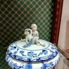 Antigüedades: BOMBONERA DE PORCELANA MEISSEN. Lote 119466922
