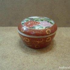 Antigüedades: CAJITA DE PORCELANA JAPONESA EN ROJOS. Lote 119487167