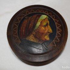 Antigüedades: CAJITA DE MADERA TALLADA A MANO FIGURA VASCA. Lote 119523167