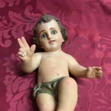 Antigüedades: ANTIGUO NIÑO JESUS DE YESO Y OJOS DE CRISTAL - MEDIDA 21 CM - RELIGIOSO - CAPILLA - SEMANA SANTA. Lote 119529899