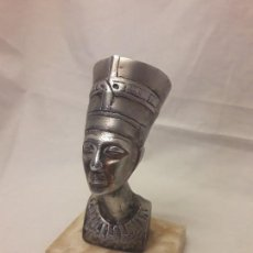 Antigüedades: FIGURA BUSTO DE NEFERTITI DE METAL EN PEANA DE MÁRMOL. Lote 119571075