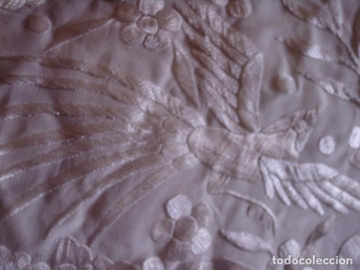 Antigüedades: ANTIGUO MANTON BLANCO NACARADO DE SEDA, BORDADO A MANO MUY TUPIDO CON GRAN FLECO, AVES Y FLORES - Foto 14 - 119586179