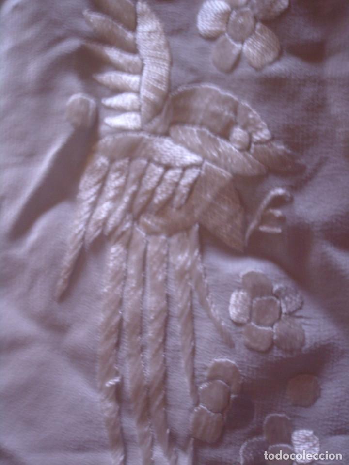 Antigüedades: ANTIGUO MANTON BLANCO NACARADO DE SEDA, BORDADO A MANO MUY TUPIDO CON GRAN FLECO, AVES Y FLORES - Foto 15 - 119586179
